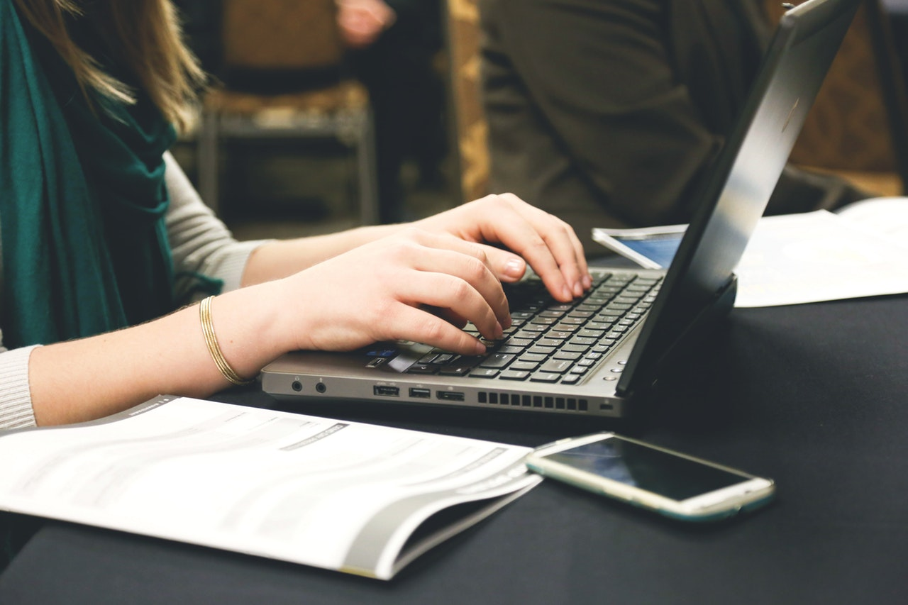 woman trying to create entry-level resumes in a laptop
