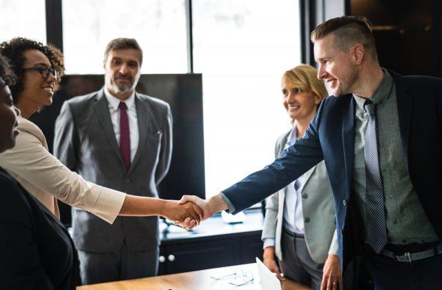 shaking hands - job interview tips